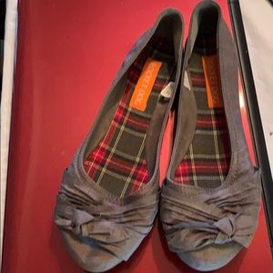 Rocket Dog gray flats in sz 8 with bow accent